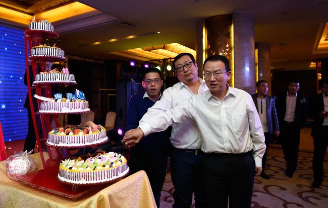 2016年睿信年会切蛋糕庆祝